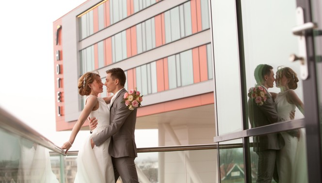 Married couple in front of Van der Valk Hotel Veenendaal