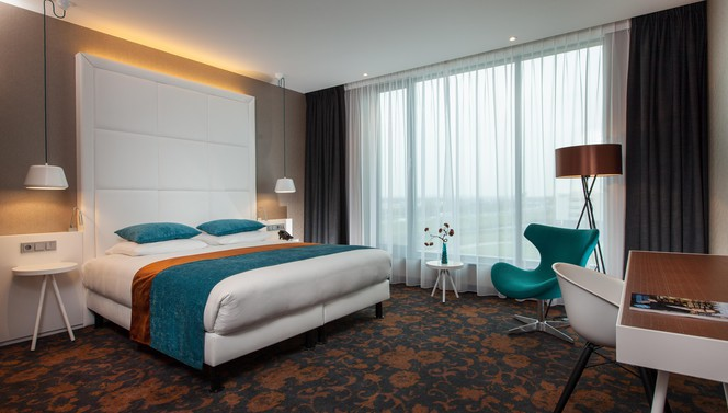 Luxe hotelroom with bed and table