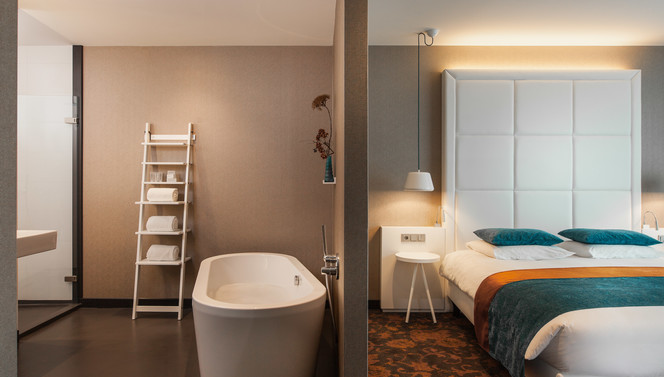 Hotelroom with bed and bath
