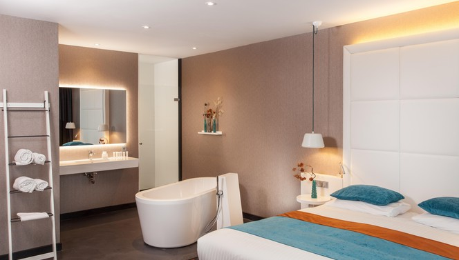 Superior hotelkamer met bed en losstaand bad